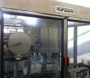 Machine for putting on and shrinkage of the thermo-cap Nortan Prisma